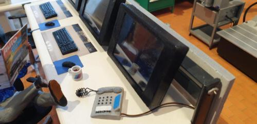 Arbeitsplatz mit Telefon und Kaffeetasse