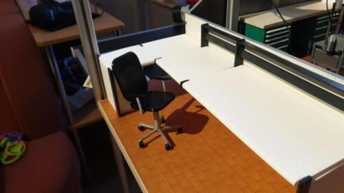 fertiggestellter Tisch inkl. Stuhl in der Bedienwarte
